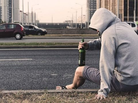 Caz cutremurător în Iași! După o ceartă cu iubita, un tânăr s-a întins pe șosea și a așteptat să fie lovit de o mașină! Constantin se zbate acum între viaţă şi moarte