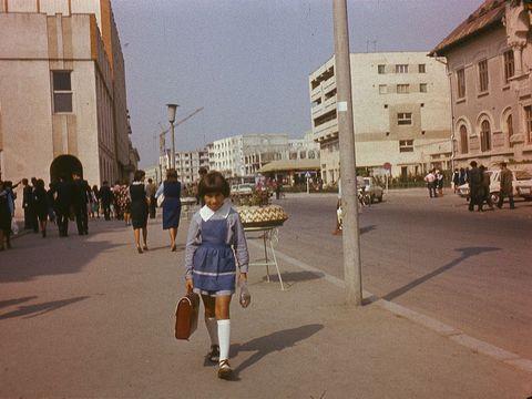 """""""Această  elevă inconștientă merge singură pe stradă..."""". Povestea care a devenit virală"""