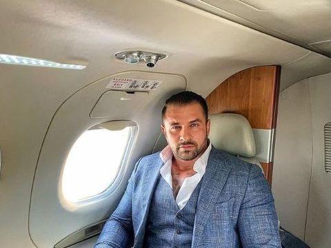 Alex Bodi s-a descălţat în avion! În timpul zborului, soţul Biancăi Drăguşanu şi-a pus picioarele goale pe un fotoliu de piele! FOTO