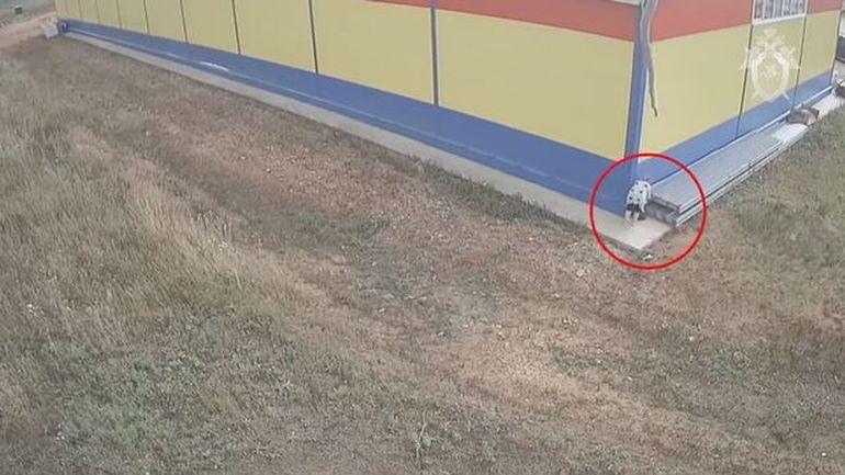 Imagini șocante! O femeie a fost surprinsă în timp ce își abandona bebelușul în spatele unui magazin