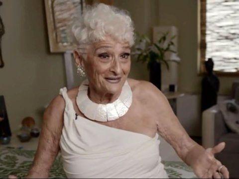 Are 83 de ani, dar face ravagii în rândul tinerilor! S-a întâlnit cu zeci de bărbați până acum și toți au ajuns în patul ei!