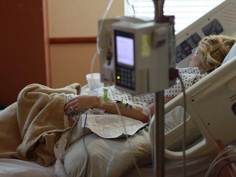 Cum a ajuns o femeie în stare gravă la spital din cauza unei creme antirid!