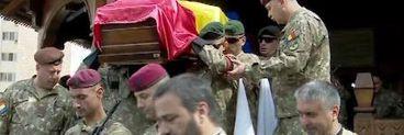 Ceremonie impresionantă pentru militarul român mort în Afganistan. Sute de persoane l-au condus pe ultimul drum