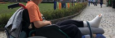 Gest revoltător! Venit să viziteze Castelul Corvinilor, un copil imobilizat în scaunul cu rotile nu a fost lăsat să intre! Reacția directorului muzeului