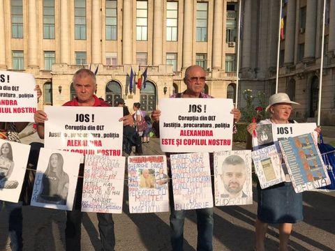 """Zeci de oameni protestează în Piața Revoluției, de ziua de naștere a victimei lui Gheorghe Dincă, Alexandra Măceșanu! """"Este și copilul meu"""""""