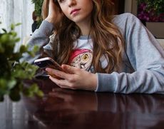 """Fată de 17 ani, amenințată de fostul iubit că o pune """"la matrimoniale"""": """"O să te sune lumea să te întrebe cât e m**a!"""""""