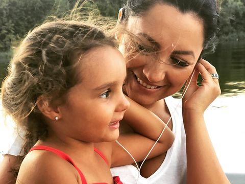 Fiica Andrei calcă pe urmele mamei ei? Reacția adorabilă a Evei în momentul lansării noului cântec al artistei