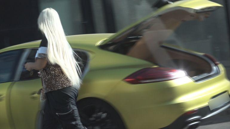 Anda Adam, cu hainele la portbagaj! Pop-diva filmată de paparazzi într-o ipostază incredibilă VIDEO EXCLUSIV