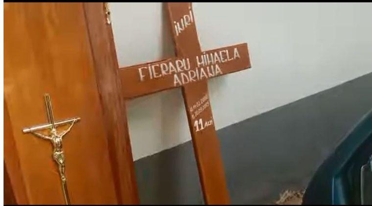 Ce e scris pe crucea Adrianei, fetita de 11 ani ucisa de un olandez