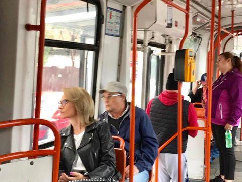Gabriela Firea a fost surprinsă din nou circulând cu transportul în comun. De data aceasta, primarul Capitalei s-a plimbat cu tramvaiul 21