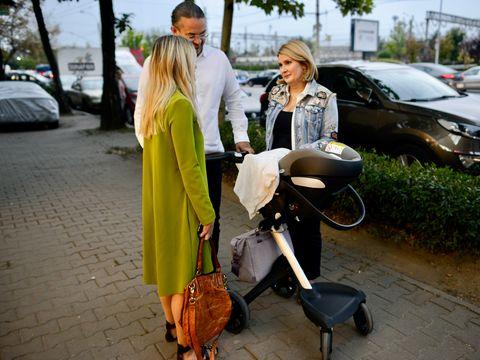 Alessandra Stoicescu primește sfaturi pentru fetița ei, Sara, de la Laura Cosoi