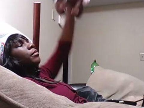 """""""Nu voiam nenorocitul ăsta de copil oricum!"""" Momentul șocant în care o mamă își maltratează bebelușul de doar o lună a fost filmat și transmis live pe Facebook  VIDEO"""