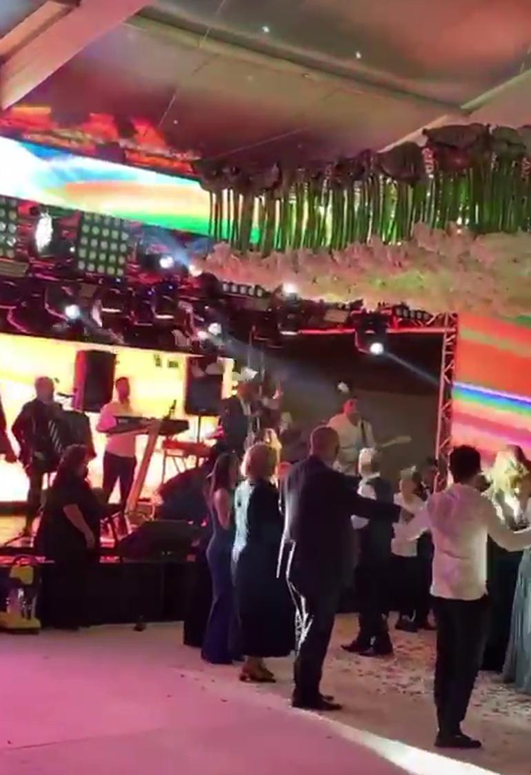 Gigi Becali a făcut show la nunta fiicei sale! Omul de afaceri a aruncat cu bani la lăutari și a împărțit bancnote angajaților localului unde a avut loc petrecerea