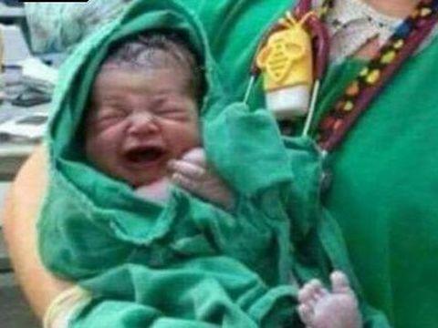O femeie s-a pozat cu un bebeluş, dar ce e în spatele lor este absolut ŞOCANT! Tânăra nu şi-a dat seama ce a postat pe facebook! Poza VIRALĂ despre care toată lumea vorbeşte!