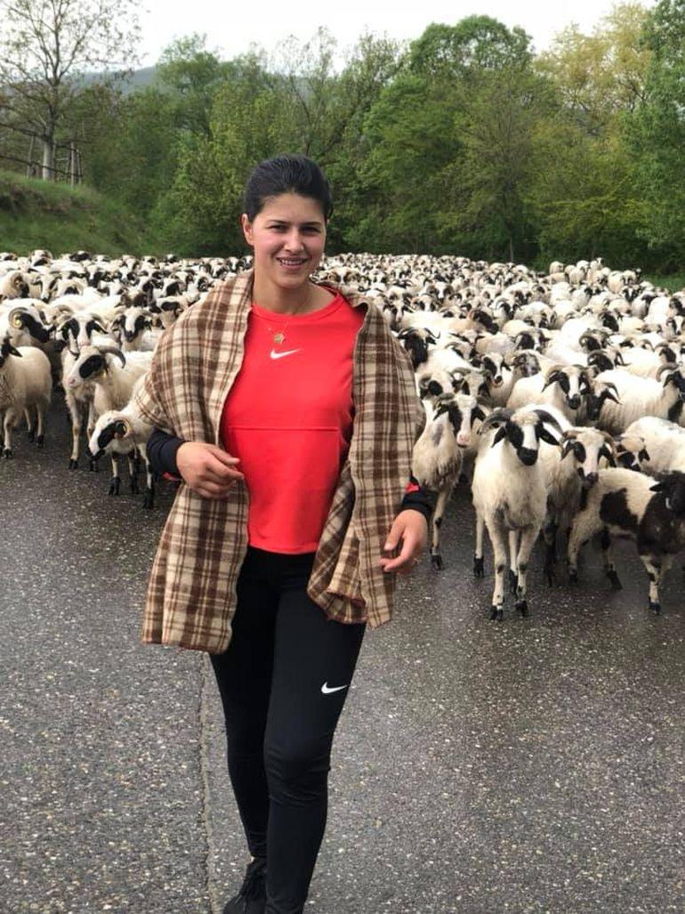 Sora lui Culiţă Sterp vinde brânză la piaţă! Geta Sterp are pe tarabă urdă, caş şi telemea! FOTO
