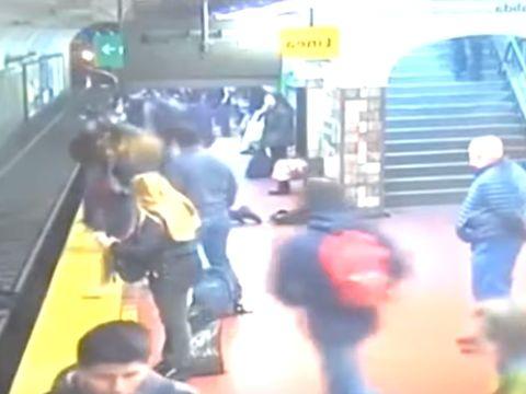 Imagini șocante! O femeie era la un pas de moarte pe șinele de metrou. Călătorii au salvat-o în ultimul moment