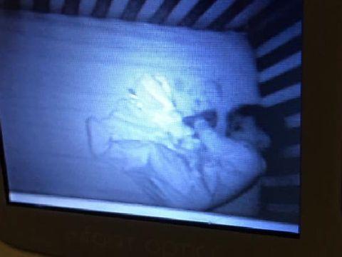 Clipe de groază pentru o tânără mamă! A crezut că în camera fiului ei este o fantomă, dar când a aprins lumina s-a cutremurat