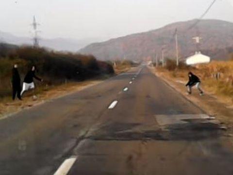 Trei tineri au întins un fir peste un drum național! Ce le-a făcut un șofer de tir  VIDEO
