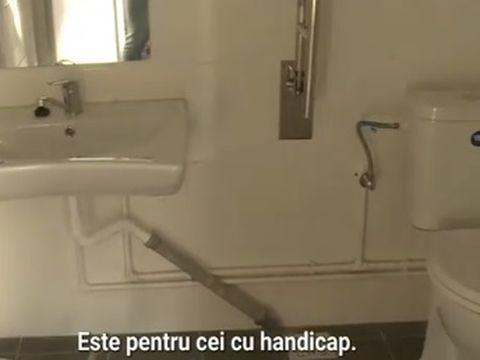 Toaletă de 80.000 de euro într-o școală din Teleorman, dar elevii sunt trimiși tot la un grup sanitar mizerabil