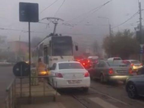 Situație halucinantă în București! O șoferiță care depășea pe linia de tramvai i-a cerut vatmanului să se dea la o parte