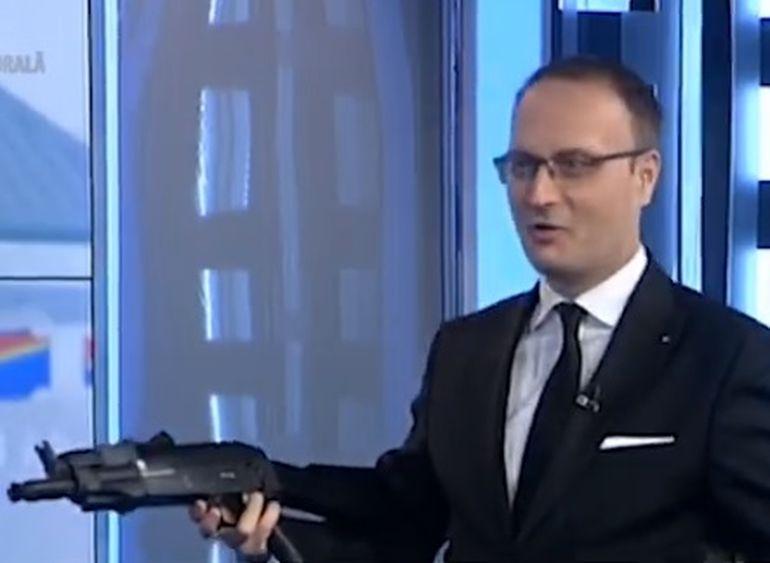 Alexandru Cumpănașu a apărut înarmat la televizor, după ce în august a anunțat că ia lecții de tras cu arma pentru a-și apăra familia