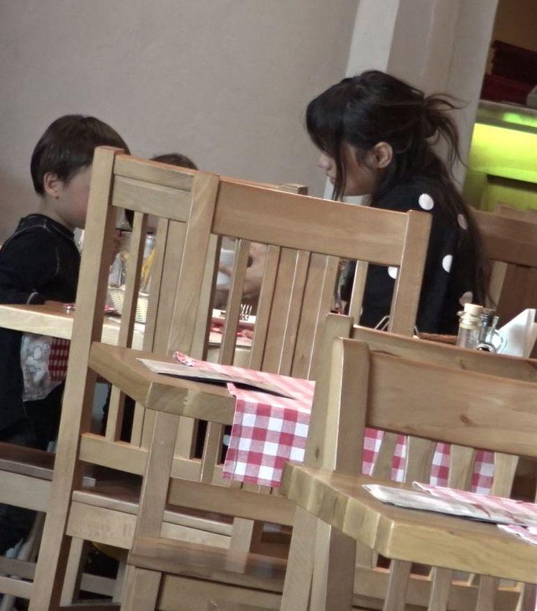 O mai țineți minte pe Aylin, fosta cântăreață de la Pops? Gestul rușinos pe care l-a făcut la restaurant, chiar în fața copiilor ei VIDEO EXCLUSIV