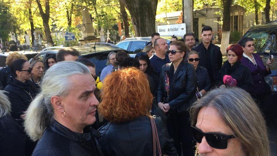 Primele imagini de la înmormântarea lui Leo Iorga! Cimitirul Bellu e plin de rockeri