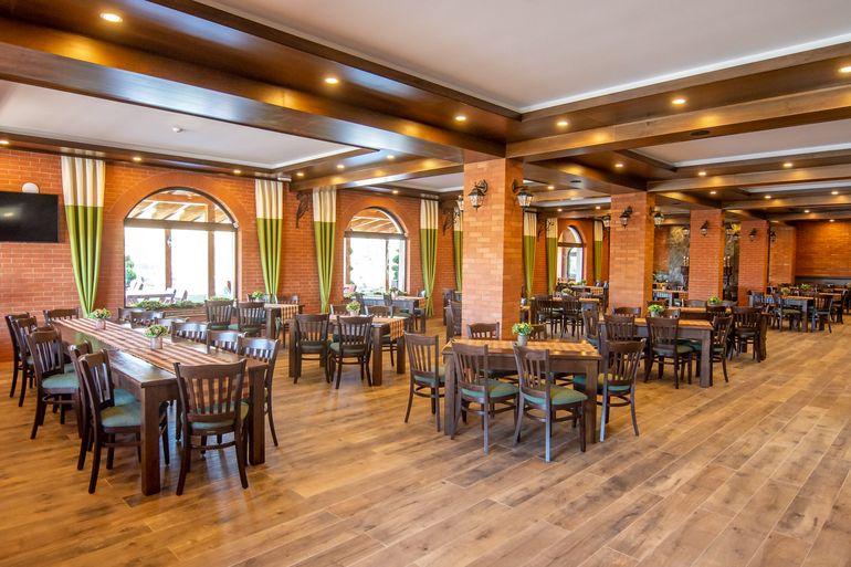 Ce bine îi merge lui Cosmin Isăilă după despărţirea de Carmen de la Sălciua! Afaceristul a construit un hotel-restaurant pe autostradă!