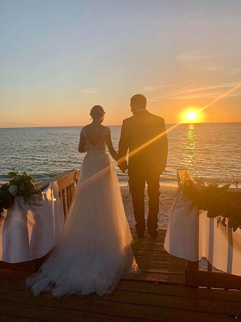 Surpriză! Catrinel Sandu s-a măritat la un an de la divorț! Ce rochie a purtat fosta vedeta TV la ceremonia de pe plajă