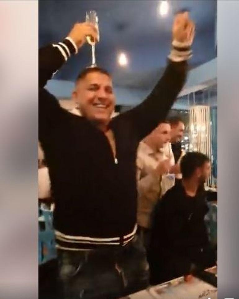 """Adrian Corduneanu şi-a pus paharul de şampanie pe cap la un chef! """"Beleaua"""" a fost la petrecere, chiar după ce nepotul său a fost arestat, fiind acuzat de trafic de droguri! VIDEO"""
