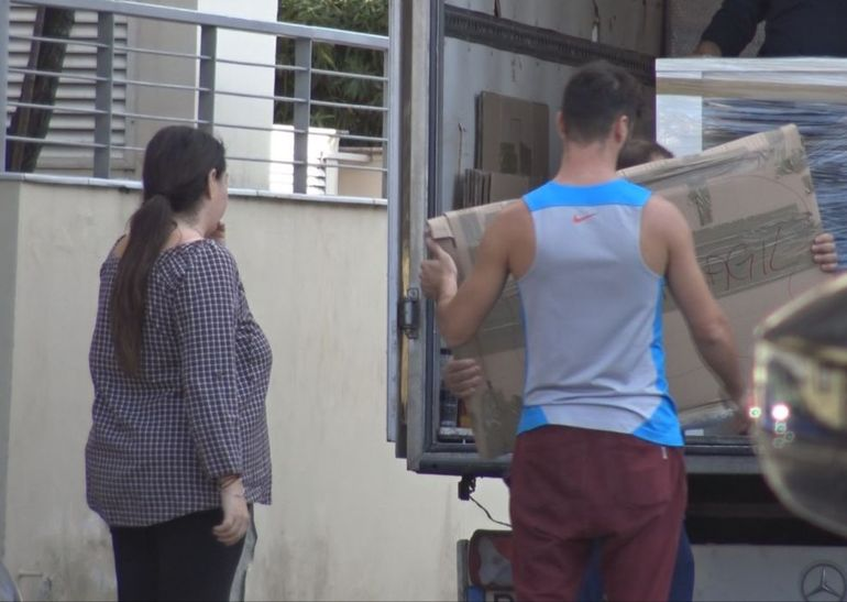Oana Roman s-a mutat în casă nouă! Am surprins-o ajutând la căratul mobilei VIDEO EXCLUSIV