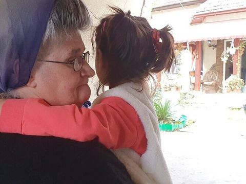 Un nou caz Sorina în România! O fetiță de 7 ani, păzită de zeci de oameni pentru a nu fi luată cu forța de la asistenții maternali! Situație explozivă la Bocșa
