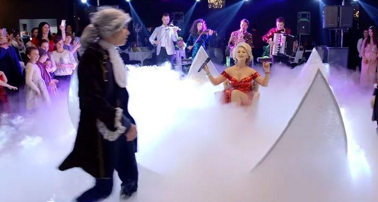 Stana Izbaşa i-a şocat pe invitaţii la o nuntă! Vezi cum a ieşit dintr-o sferă albă, învăluită în fum!