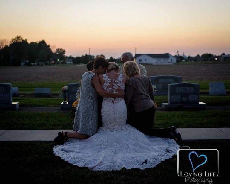 Imagini dureroase surprinse in cimitir. O mireasa a aparut printre morminte si s-a prabusit in lacrimi pe o piatra funerara