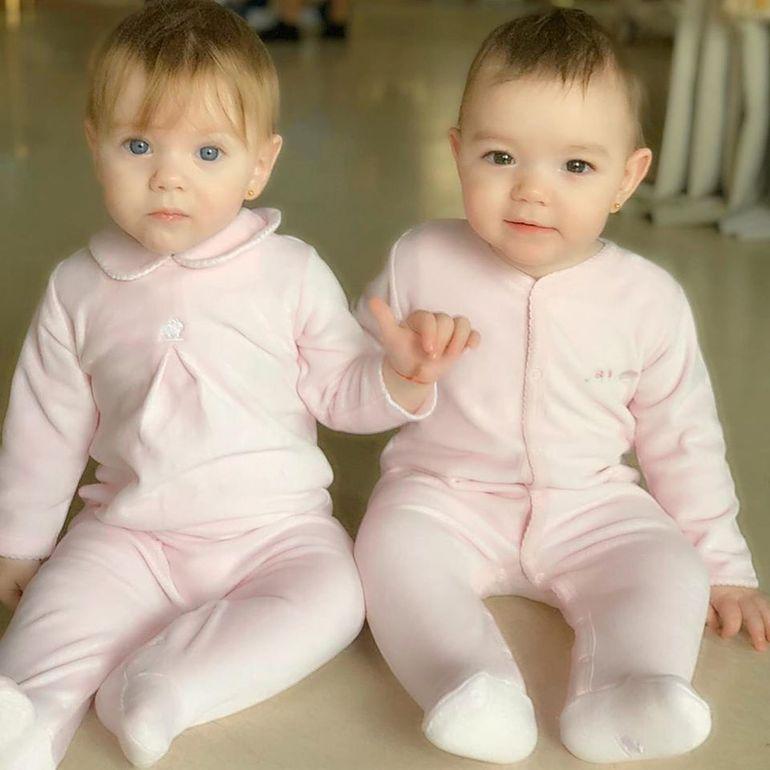 Fotografia superbă postată de Valentina Pelinel cu gemenele Rania și Indira!