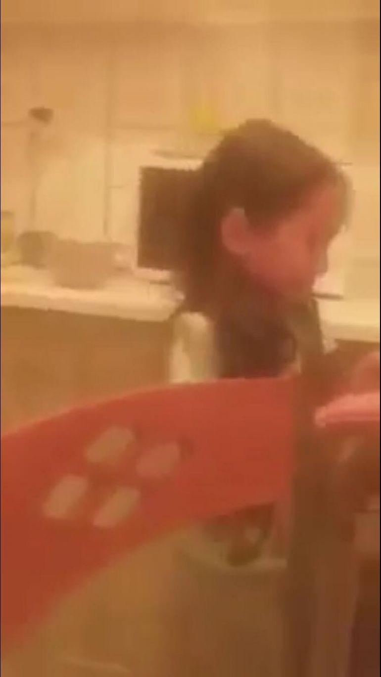 Fetița bătută de mamă a fost luată de autorități! Polițiștii au deschis un dosar penal