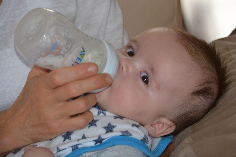 """Atenție! """"Nu le dați bebelușilor lapte de vacă"""""""
