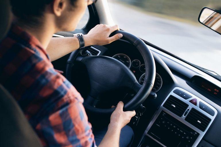 Incredibil! Fiul de 43 de ani s-a deghizat în mama lui de 60, pentru a lua permisul auto în locul ei