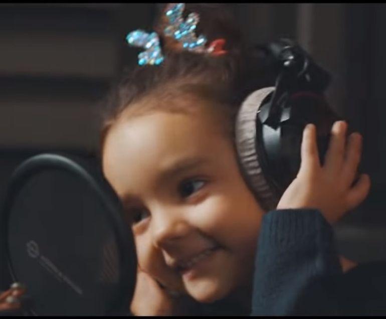 """Andra și Eva, prima lor piesă înregistrată pe Youtube. Colindul """"Deschide ușa, creștine!"""" îți va face pielea de găină"""