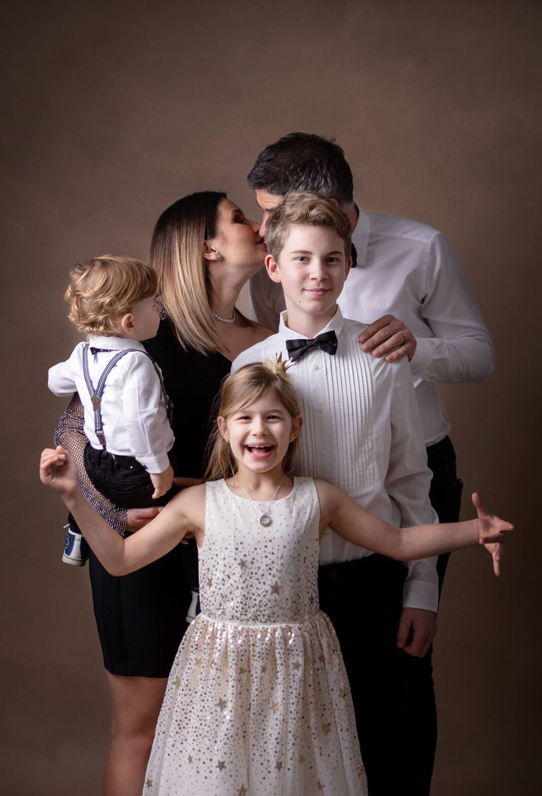 Ela Crăciun a intrat în noul an cu o ședință foto de Oscar alături de soț și copii