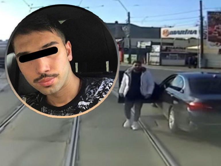 BMW-ul lovit de tramvai, fotografiat ieri în trafic! Mașina e făcută praf!