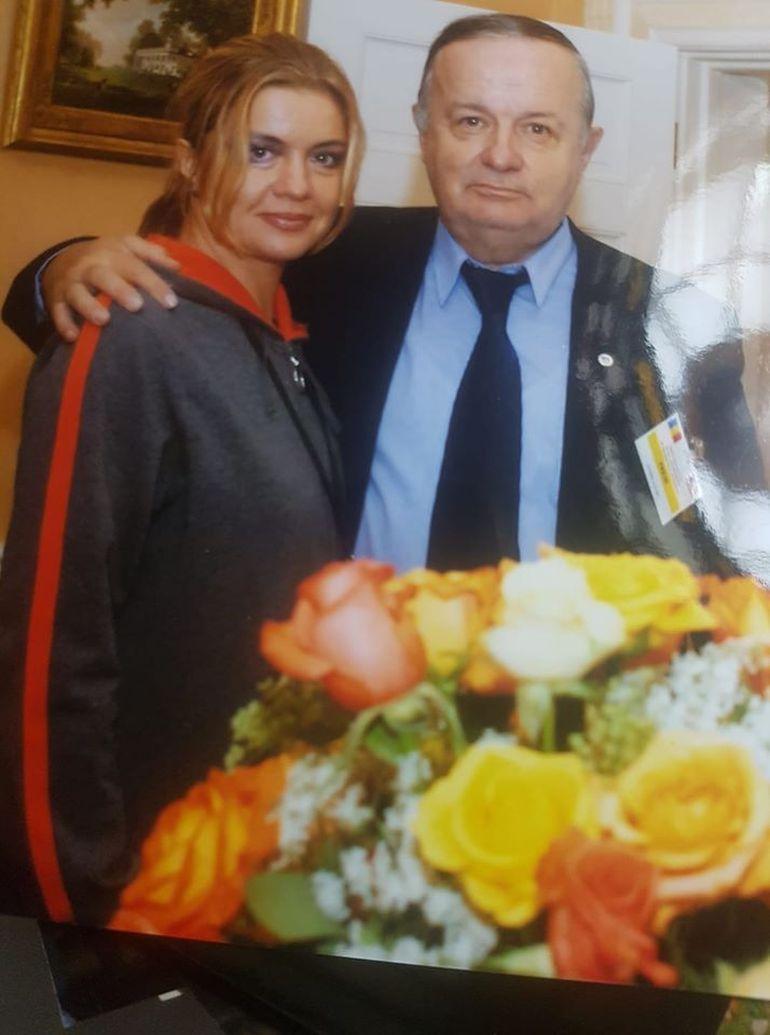 Cristina Ţopescu şi-a ameninţat vecinii că va face o crescătorie de porci în curtea casei în care îşi ţinea câinii! Vedetei i s-a făcut plângere la Poliţie!