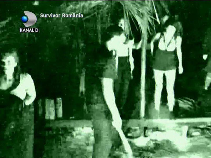 """Concurenții """"Survivor România"""" au trăit momente de groază! Insula lor a fost invadată de 25 de bărbați cu macete"""