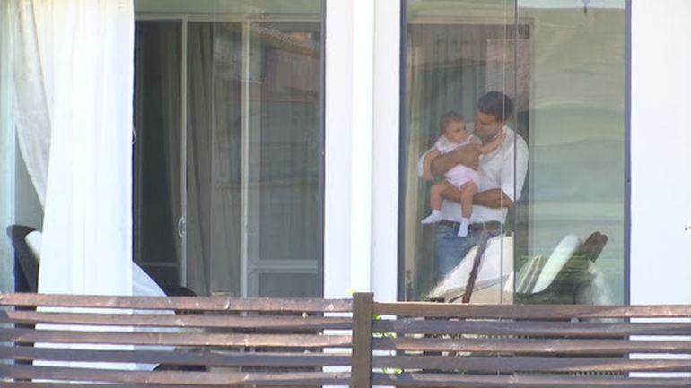 Elena Udrea s-a mutat din vila din Corbeanca într-un apartament de lux? Avem imagini cu aceasta și fetița în parcarea blocului VIDEO EXCLUSIV