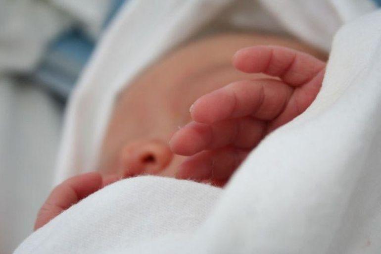 Un bebeluș născut de trei zile, găsit într-o cutie din carton, în Olt. Cine este mama bebelușului și în ce s-a întâmplat cu nou născutul
