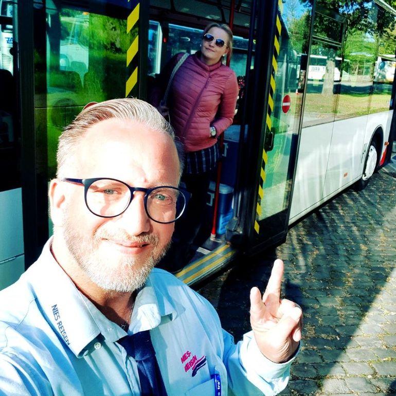 O tânără s-a îndrăgostit de șoferul autobuzului cu care circula zilnic. Cum au ajuns cei doi să devină un cuplu