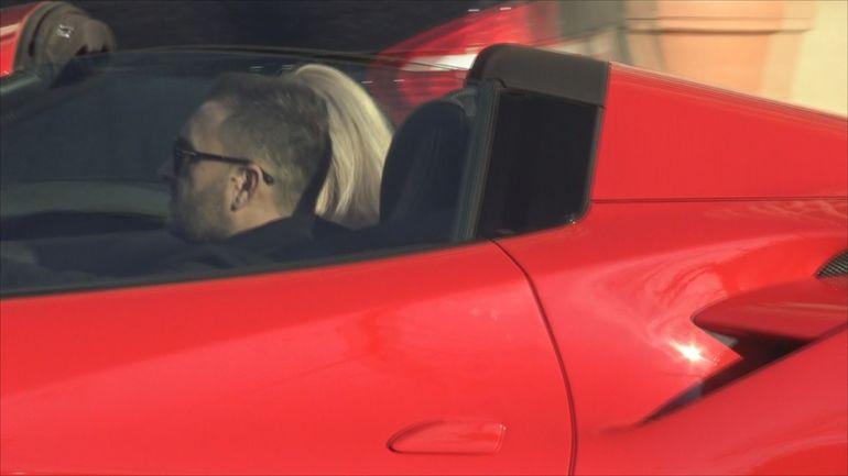 """Apariția care a incendiat strada! Bianca Drăgușanu urcă într-un Ferrari de 400.000 de euro! Cine era bărbatul pe post de """"șofer"""" de lux VIDEO EXCLUSIV"""