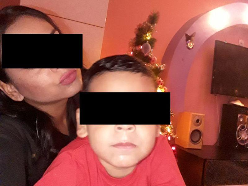 O femeie, pozată în timp ce băiețelul ei o pupă într-o zonă intimă