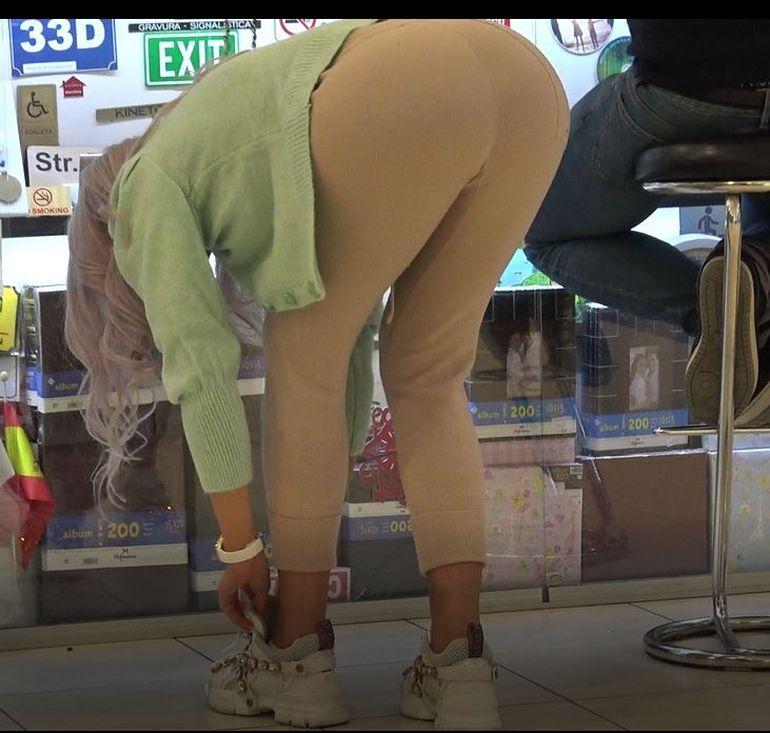 Imagini șocante! Bianca Drăgușanu, poziții de infarct într-un mall bucureștean! Bărbații au înnebunit când au văzut cum poate să stea frumoasa blondă | VIDEO EXCLUSIV