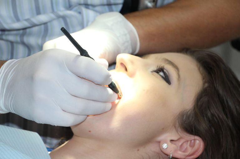 Cum îți menții dinții sănătoși. Cele mai periculoase fructe pentru dantura ta